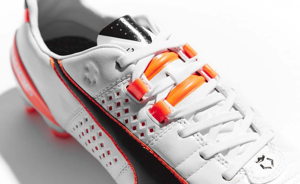 http://www.footpack.fr/wp-content/uploads/2014/12/chaussure-puma-king-II-Blanc-Noir-Orange-3-1050x645.jpg