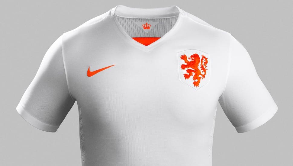Comme l'équipe de France, la sélection des Pays-Bas va évoluer avec un nouveau maillot extérieur pour 2015 que l'on vous propose de découvrir sur Footpack