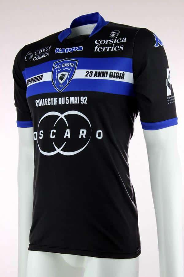En mémoire des victimes du drame de Furiani il y a 23 ans, le SC Bastia et Kappa ont dévoilé un maillot hommage.