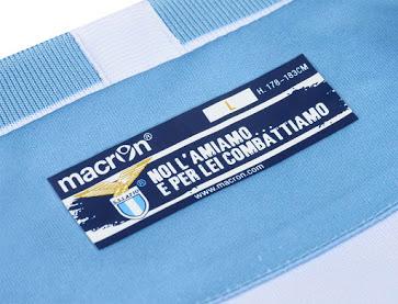Avant sa finale de coupe d'Italie contre la Juventus Turin, la Lazio Rome et Macron ont dévoilés le nouveau maillot domicile 2015-2016 de la Lazio.