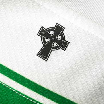 Après 10 ans passé chez Nike, le Celtic passe chez New Balance pour la saison 2015-2016 et présente aujourd'hui ses maillots domicile, extérieur et europe