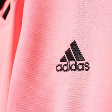 Désormais équipé par adidas depuis cette année (la Juventus Turin, finaliste malheureux de la dernière ligue des Champions) a dévoilé ses maillots 2015-2016