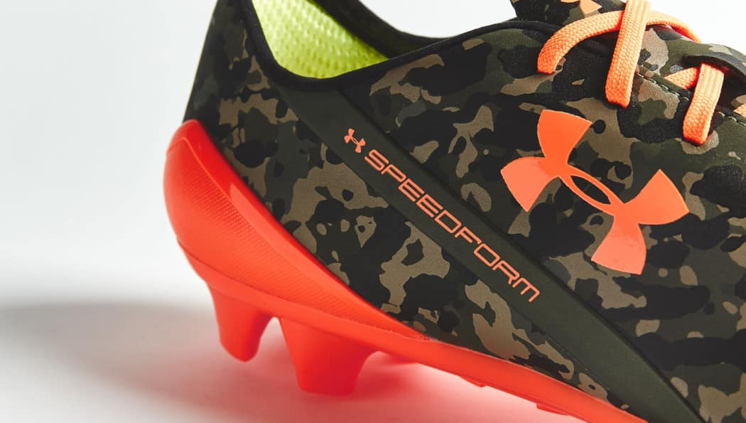 http://www.footpack.fr/wp-content/uploads/2015/09/chaussure-football-under-armour-speedform-camouflage-orange-4-1050x595.jpg