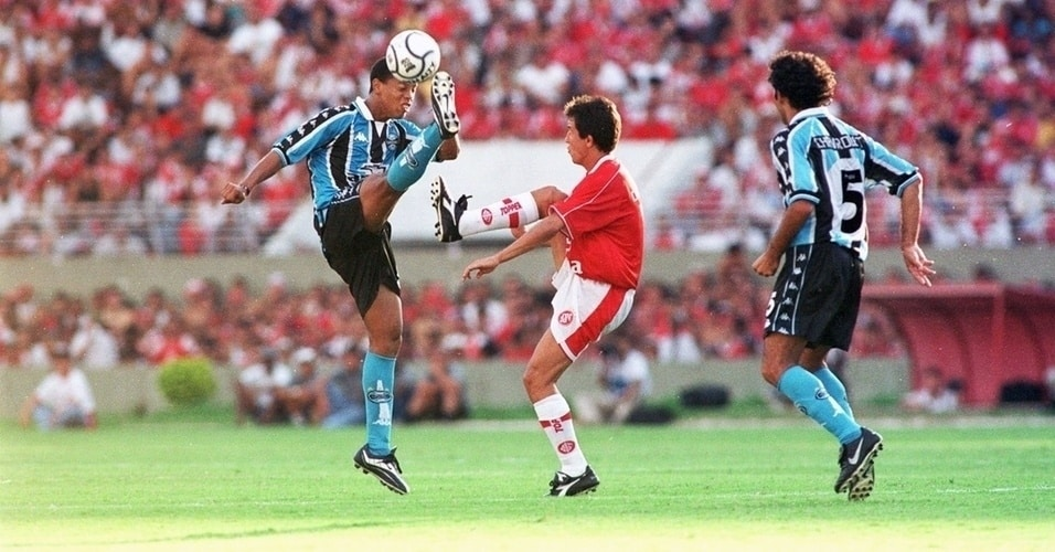 Du Gremio au Barça, du PSG au Milan, Ronaldinho a étalé son talent aux yeux du Monde. L'occasion de revenir sur sa carrière à travers ses chaussures.
