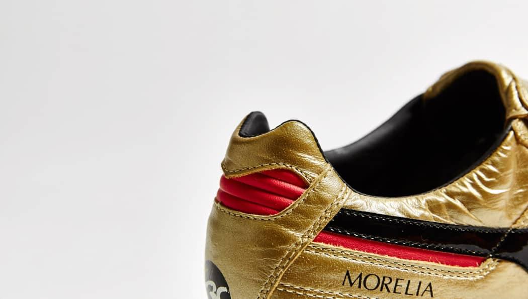 http://www.footpack.fr/wp-content/uploads/2015/11/chaussure-football-mizuno-morelia-or-noir-30-ans-6-1050x595.jpg