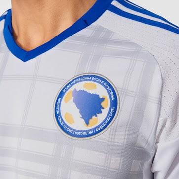 Qualifiée pour les barrages de l'Euro 2016, la Bosnie-Herzégovine et adidas vient de dévoiler ses nouvelles tenues.