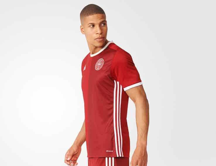 Qualifiées pour les barrages de l'Euro 2016, le Danemark et adidas viennent de dévoiler le nouveau maillot de la sélection