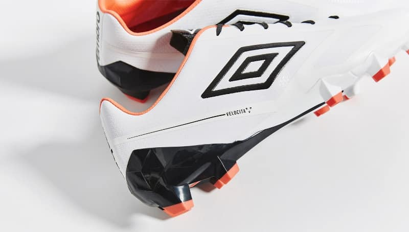 chaussure-football-umbro-velocita-2-blanc-orange-bleu-1