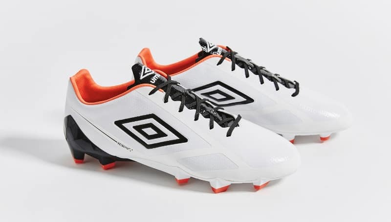 http://www.footpack.fr/wp-content/uploads/2016/03/chaussure-football-umbro-velocita-2-blanc-orange-bleu-2.jpg