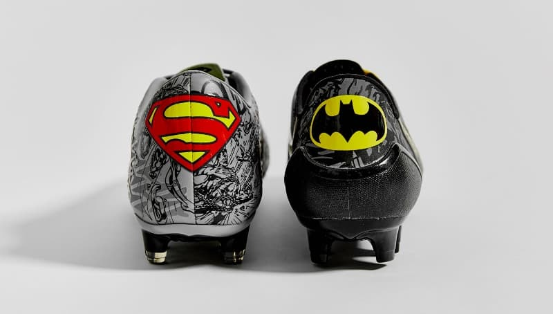 http://www.footpack.fr/wp-content/uploads/2016/03/chaussure-football-under-armour-batman-superman-13.jpg