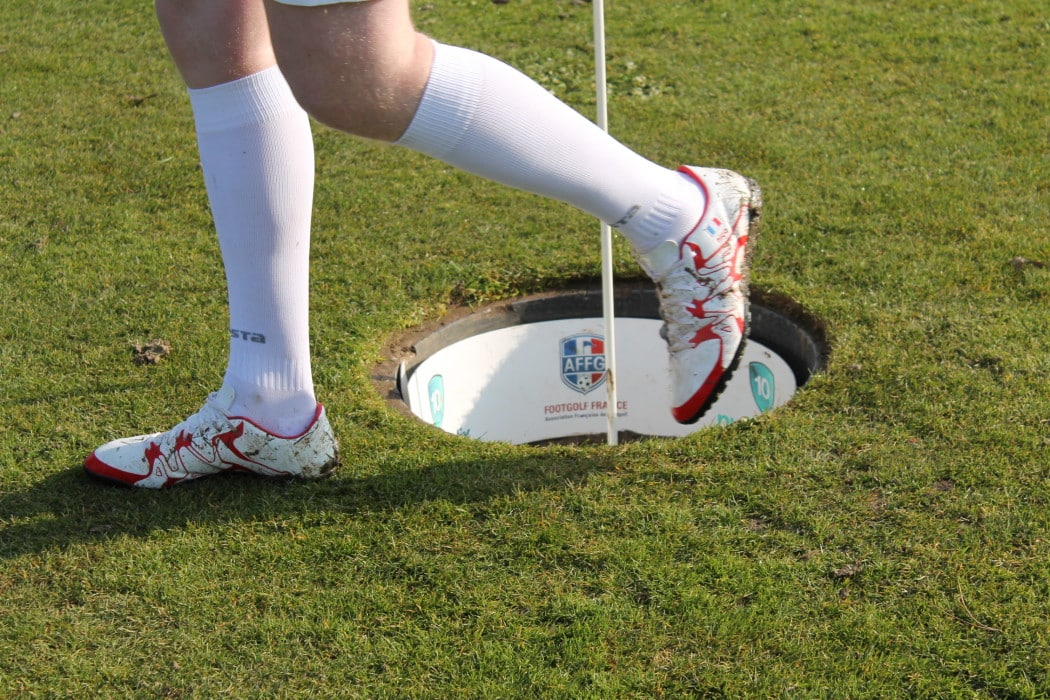 http://www.footpack.fr/wp-content/uploads/2016/03/chaussure-footgolf-1050x700.jpg