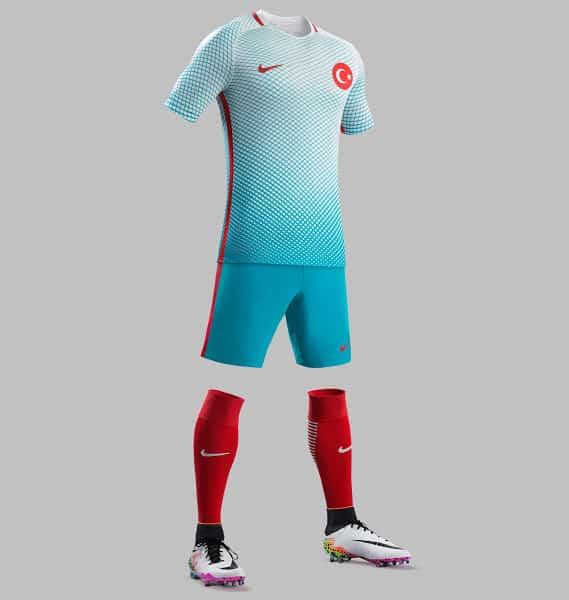 A quelques semaines du début de la compétition, Nike vient de dévoiler les nouveaux maillots domicile et extérieur de la Turquie pour l'Euro 2016.