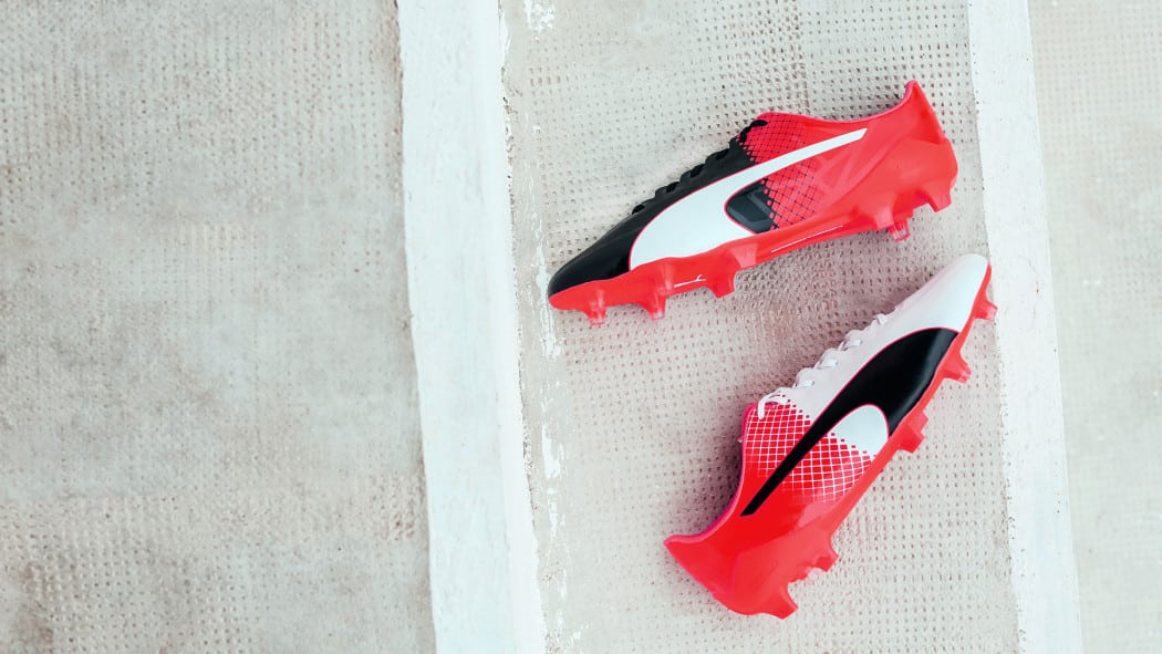 http://www.footpack.fr/wp-content/uploads/2016/07/chaussures-football-puma-evospeed-tricks-blanc-rouge-5-1050x591.jpg