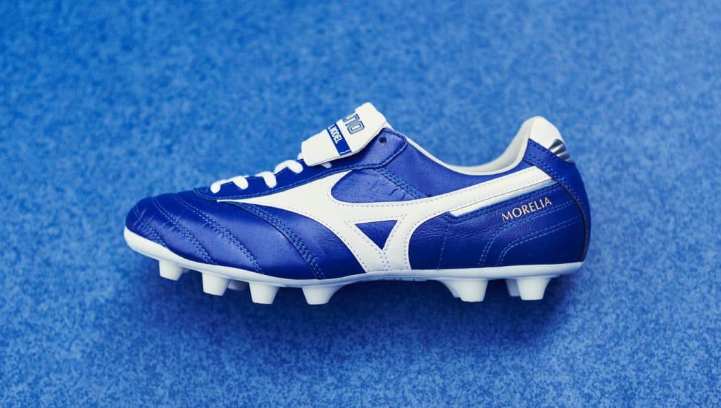 http://www.footpack.fr/wp-content/uploads/2016/08/chaussures-football-mizuno-morelia-II-md-bleu-blanc-5-1050x595.jpg