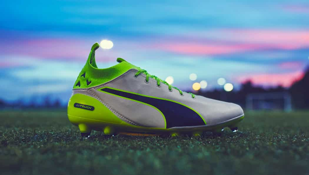http://www.footpack.fr/wp-content/uploads/2016/09/chaussures-football-Puma-evotouch-gris-jaune-img2-1050x595.jpg