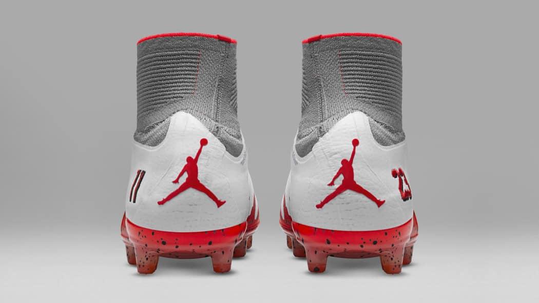 http://www.footpack.fr/wp-content/uploads/2016/10/chaussure-foot-nike-hypervenom-neymar-jordan-blanc-octobre-2016-5-1050x591.jpg