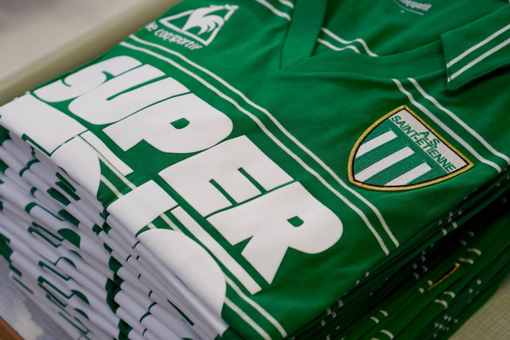 http://www.footpack.fr/wp-content/uploads/2016/11/maillot-football-vintage-asse-super-tele-edition-limitee-1050x700.jpg