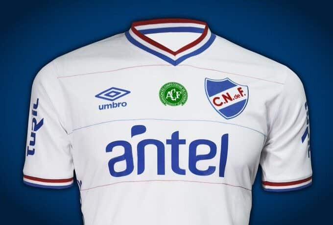 Double logo également pour le maillot du Club Nacional (Uruguay)
