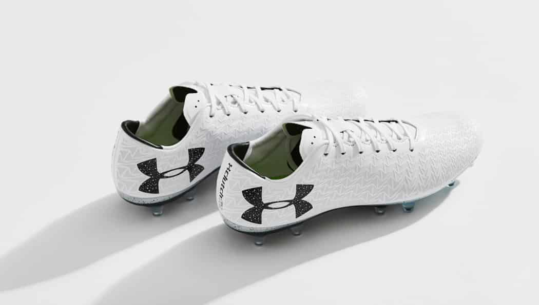 http://www.footpack.fr/wp-content/uploads/2017/02/chaussures-football-Under-Armour-clutchfit-3-0-blanc-noir-img2-1050x595.jpg