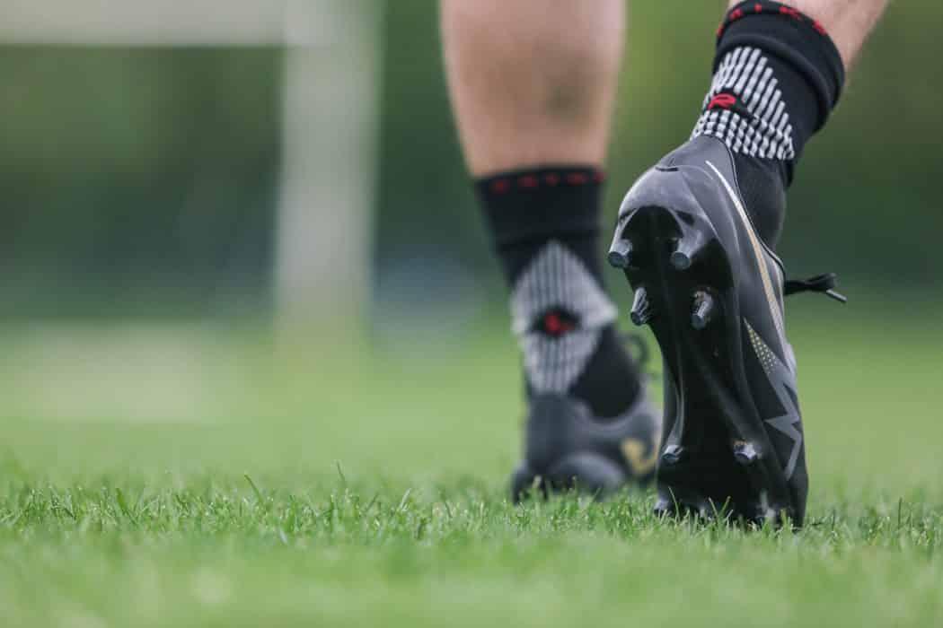 http://www.footpack.fr/wp-content/uploads/2017/05/chaussette-football-performance-falke-4-GRIP-min-1050x700.jpg