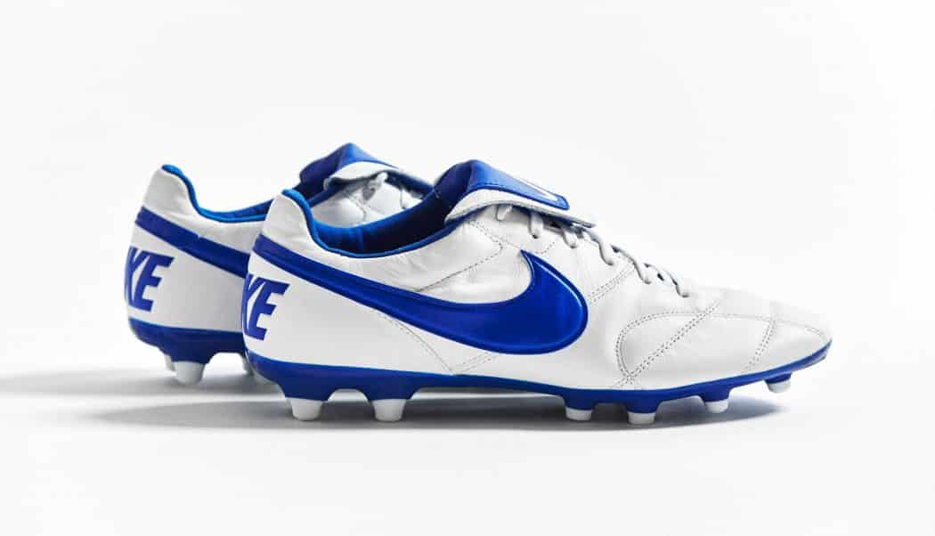 http://www.footpack.fr/wp-content/uploads/2017/08/chaussure-football-nike-premier-blanc-bleu-img2-1050x602.jpg