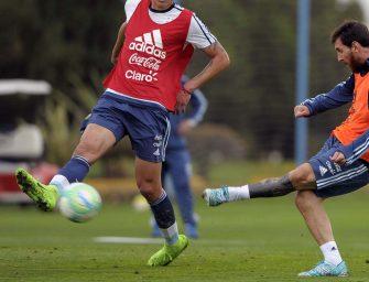 Lionel Messi joue avec une Nemeziz 17.1 personnalisée aux couleurs de l'Argentine