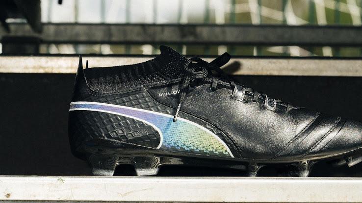 http://www.footpack.fr/wp-content/uploads/2017/09/chaussures-football-Puma-One-17-Noir-Iridescent-img1.jpg