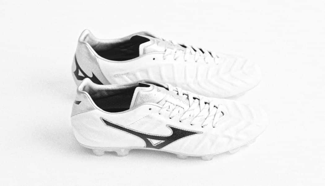 http://www.footpack.fr/wp-content/uploads/2017/12/chaussures-football-mizuno-rebula-v1-blanc-img1-1050x602.jpg