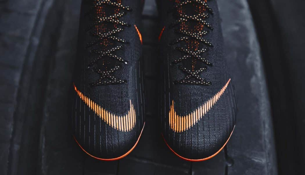 http://www.footpack.fr/wp-content/uploads/2018/02/chaussures-football-Nike-Mercurial-Superfly-360-Noir-Orange-img5-1050x602.jpg