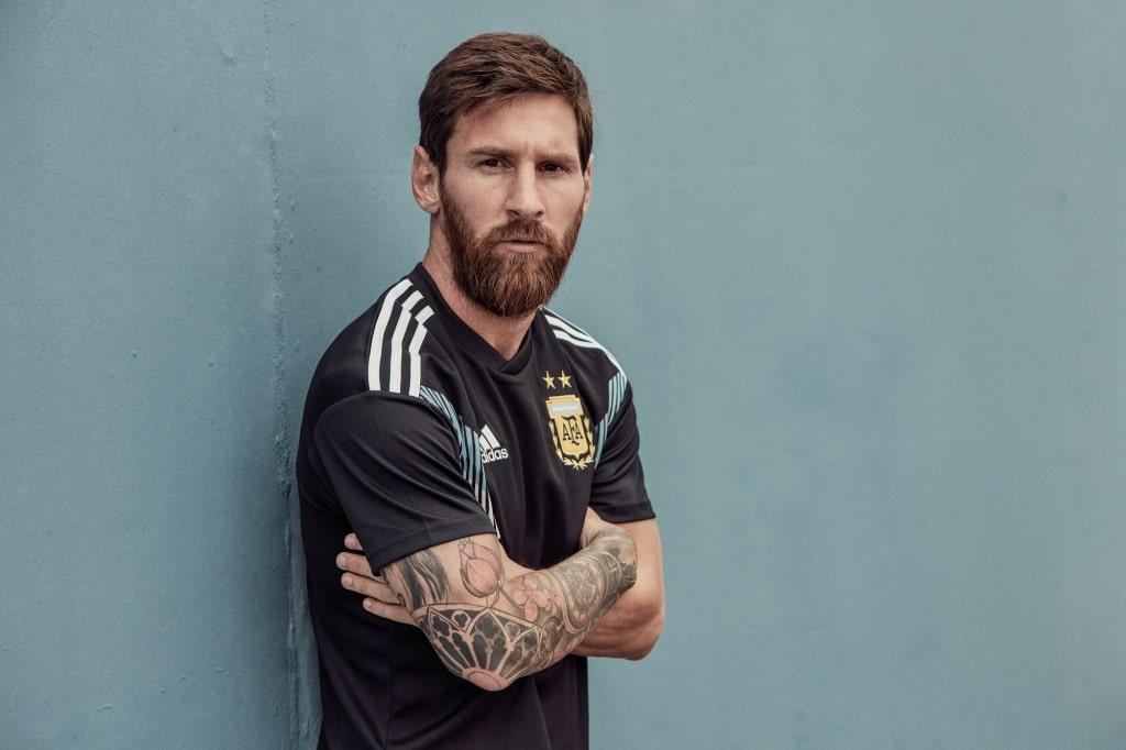 adidas pr sente les maillots de l 39 argentine pour la coupe du monde 2018. Black Bedroom Furniture Sets. Home Design Ideas