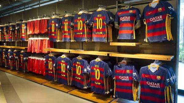 Après avoir présenté un maillot domicile révolutionnaire, le FC Barcelone et Nike ont dévoilé les autres maillots 2015-2016 du Barça de Lionel Messi.
