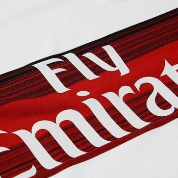 Alors que sur le rectangle vert, l'AC Milan vit une saison très compliquée, Adidas vient de dévoiler les nouveaux maillots 2015-2016 des Rossoneri
