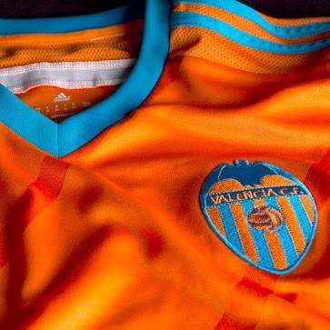 Sous contrat avec adidas, le FC Valence vient de dévoiler ses nouveaux maillots domicile et extérieur pour la saison 2015-2016.