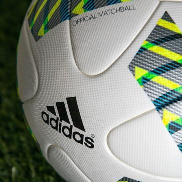 """Utilisé lors du championnat du monde des clubs ainsi que les Jeux Olympiques, le nouveau ballon """"Errejota"""" vient d'être dévoilé par adidas"""