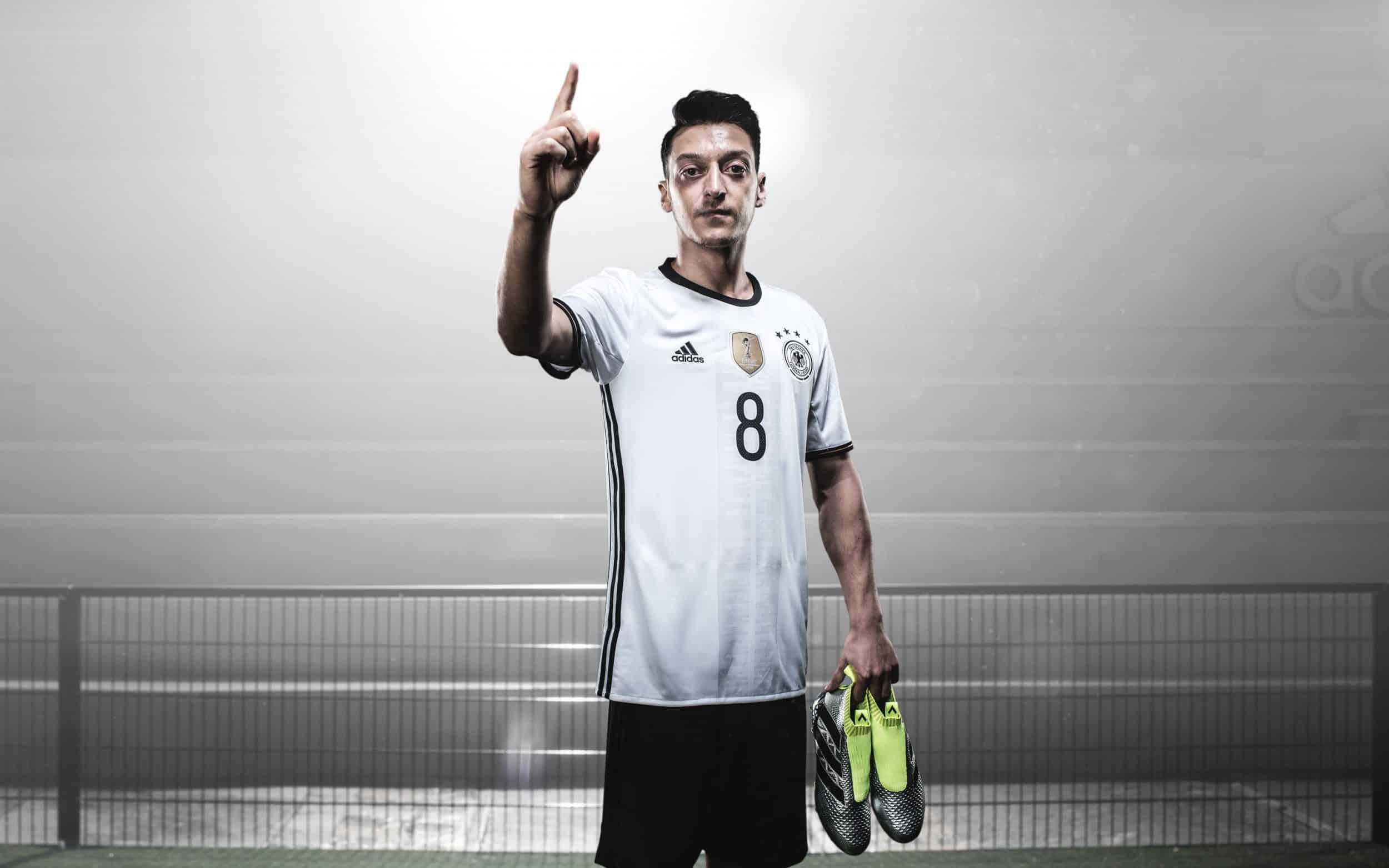 chaussure-football-adidas-ACE16-euro-2016-ozil-min