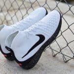 La Lunar Magista II Flyknit de la collection Nike F.C. dans un coloris blanc/noir/rose