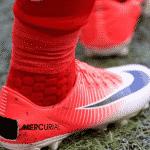 Pourquoi des joueurs font volontairement des trous dans leurs chaussures ?