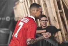 Image de l'article Gregory Van Der Wiel régale en portant un maillot Umbro de Manchester United floqué Cantona