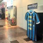 Les maillots du Gremio en vente dans un distributeur automatique!
