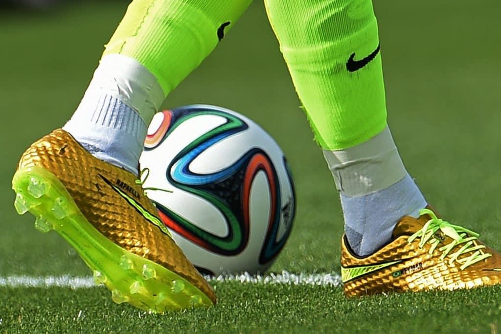 chaussure-neymar-or-coupe-du-monde-2014