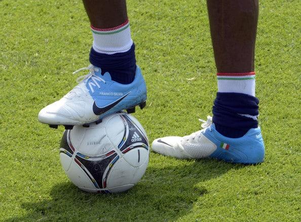 chaussures-balotelli-nike-ctr-360-maestri-blanc-bleu