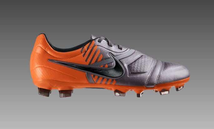chaussures-balotelli-nike-ctr-360-maestri-gris-orange