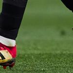 Un joueur du FC Séville joue avec une paire de adidas Predator… à deux bandes