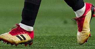 Image de l'article Un joueur du FC Séville joue avec une paire de adidas Predator… à deux bandes