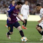 Lionel Messi change de chaussures en plein match