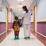 Pour aider les enfants, des maillots de foot deviennent des robes d'hôpital