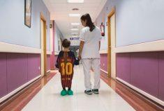 Image de l'article Pour aider les enfants, des maillots de foot deviennent des robes d'hôpital