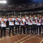 Les joueurs de River Plate offrent leurs maillots aux ramasseurs de balles