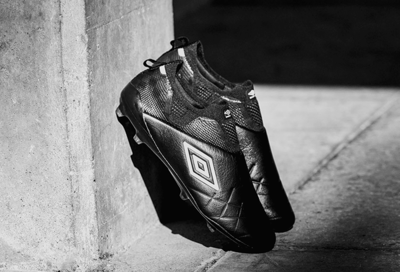 umbro-velocita-4-blackout-1