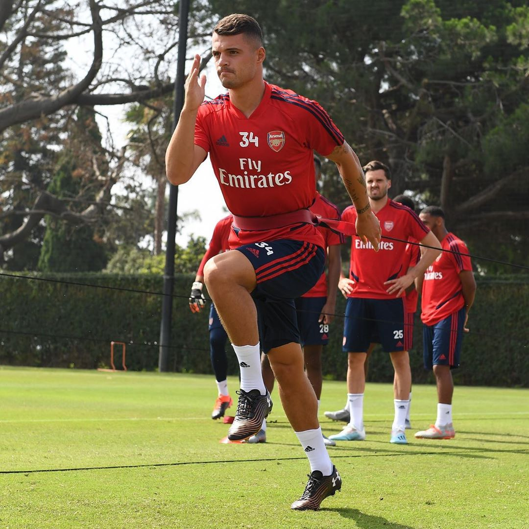 under-armour-magnetico-control-granit-xhaka